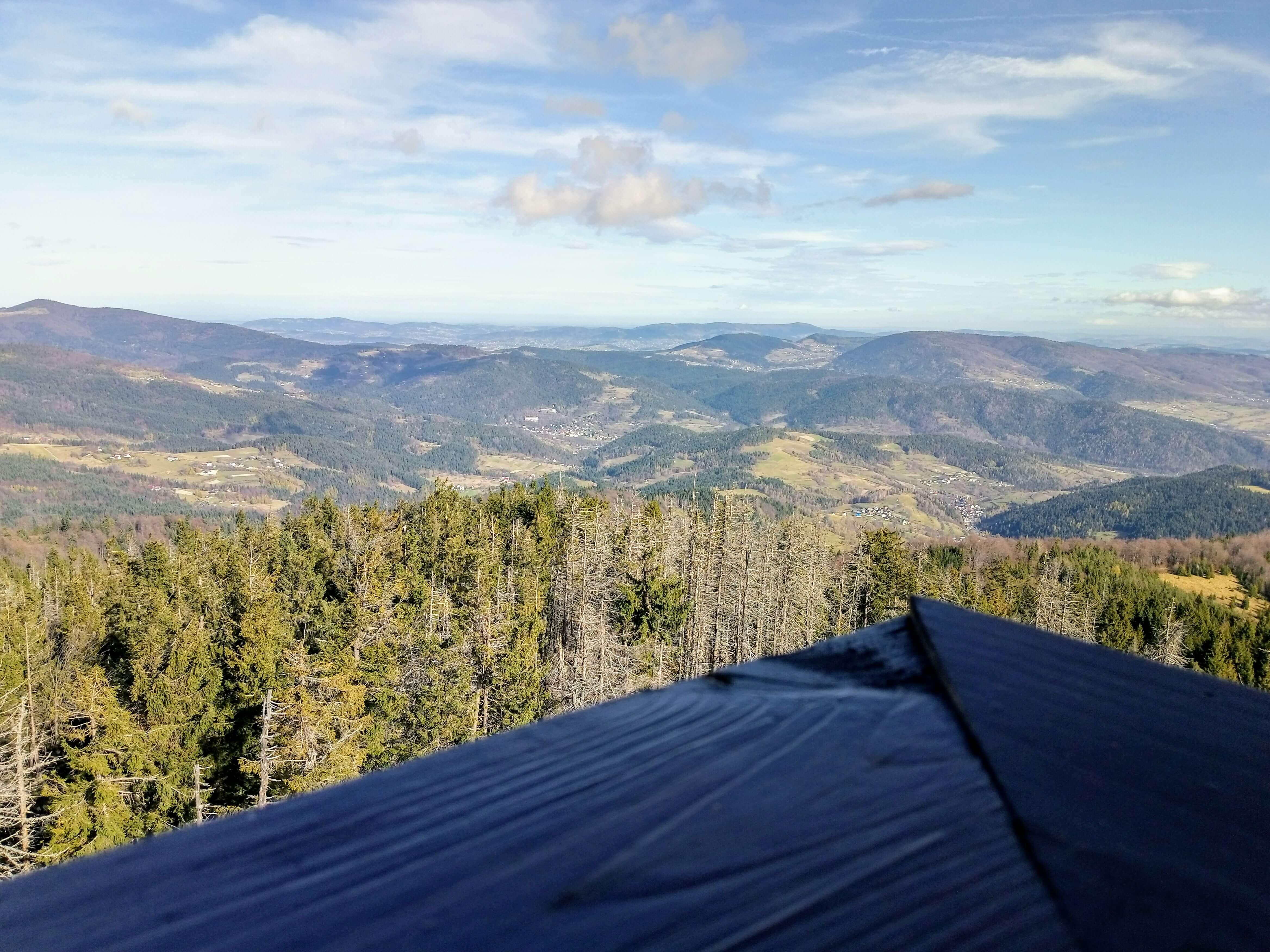 Widok z wieży na szczycie góry Gorc na Beskid Wyspowy